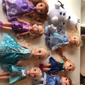 Disneydukker, en flok, så man kan få god leg ud af det😊 BYD endelig!!😀 4 dukker uden lyde: 2 Anna, 1 rapunsel og 1 elsa 2 Elsa-dukke med lyd og sang 1 Olaf 1 prinsesse Sofia