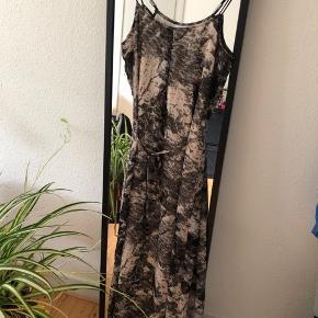 Mønstret Vila kjole med bindebånd og slids på bagsiden, str. Xs. Har aldrig været brugt 👗   Kom gerne med et bud 🌸  Sender med DAO - køber betaler fragt 📦