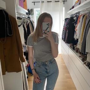 Grå Adidas tshirt  Passer XS og S Brugt et par gange  Tjek mine andre annoncer ud☺️ Jeg sælger en masse forskelligt tøj, sko og tasker.  Der gives mængderabat🌸