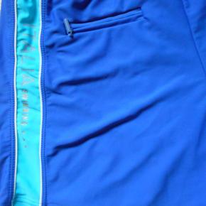 Badebukser, Italia Swimming, str. M, Blå, Næsten som ny  Blå badebukser, kun brugt på 1 uges ferie og pæne som ny Med undertrusse Lille lynlåslomme evt.. til skabs nøglen Størrelse mærket er afklippet,men købt som str. M Øverste mål 74 cm. kan strækkes til 96 cm. Hofte vidde 98 cm. Side længde 28 cm Porto som forsikret pakke uden omdeling  fremme på 2-4 dage Har mobil pay