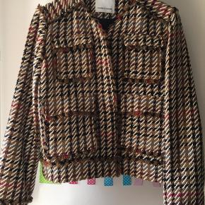 Lækker kort jakke/blazer. Brugt to gange  BYD  Np: 2000