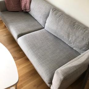 Sælger denne Karlstad grå 3 pers sofa. Som billede 3 viser er der en lys plet. Betrækket kan vaske i vaskemaskine. Derved er den nem at holde ren.   Np 2.999 kr