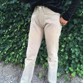 Fede Levis bukser  W26 L30 Ses på en Xs Der er lidt pletter nede i bunden  BYD