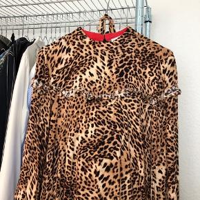 Sælger min fine Gestuz kjole da den ikke bliver brugt. Størrelsen er 34, men passer også en 36 (det er jeg selv ;) )  Ny pris er omkring de 1200kr