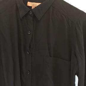 Sort klassisk skjorte med knapper for opsmøg på ærmerne.  Ingen fejl eller skader og ikke brugt ret meget.