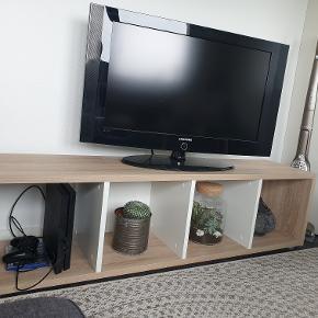 Rumdeler (brugt som TV-bord) sælges grundet flytting. Kan vægmonteres Bredde: 38 cm, Højde: 147 cm, Dybde: 34 cm