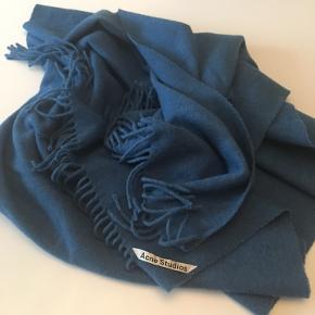 Smukt tørklæde i den blødeste uld - som ikke kradser 😊 Måler 70 x 200 💙
