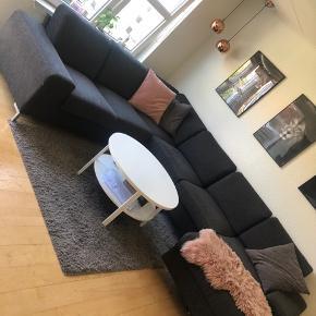 U sofa / chaiselong sofa fin stand. Mål: 303 cm x 240 cm x 150 cm  Står i Billund