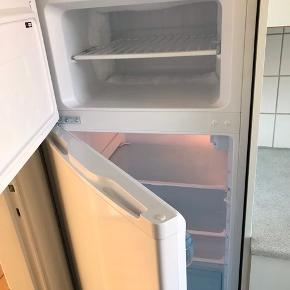 Velholdt køleskab med fryser. Købt for 1000kr. Kan hentes i Vestbyen.