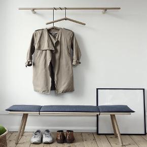 Sælger denne SMUKKE garderobeophæng fra Skagerak (førhen ''Trip Trap'')  Jeg har 3 bøjlesæt dertil (altså 6 bøjler)  Nypris var 2100kr.