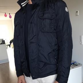 Super lækker sommer/overgangsjakke som passer 180-187cm! Brugt meget få gange.