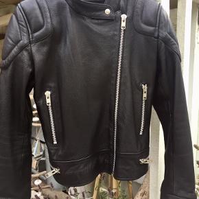 Fed læderjakke fra MDK.  Str 40- lille i str - svarer til 38.  Aldrig brugt Et MUST have👌🏻