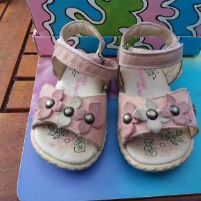 Fine sandaler med velcro. Kun brugt få fange - købt for store det ene år - og var for små året efter.