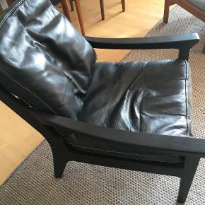 Sort lænestol med sorte løse hynder. Købt for 4 år siden, fremstår uden skader. Købt for 4.500kr, sælges billigt, grundet pladsmangel!