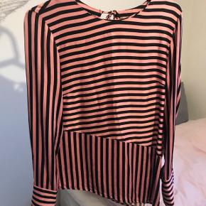 Sælger denne vildt fine bluse fra H&M trend, der minder meget om den fra Lovechild. Nypris var 349 kr og den er blevet brugt omkring 10 gange. Byd og spørg endelig for flere billeder!