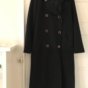 oversize frakke i sort med knapper fra Monki Passer både en small og medium