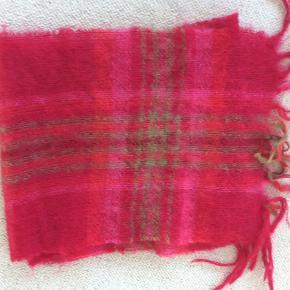 Utrolig smukt tørklæde lavet i Irland. John Hanly 165 x 35. 70 % Mohair, 30 % uld
