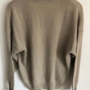 Vintage lacoste sweater. Jeg passer en S og det passer mig lidt oversize. Fremstår som ny.