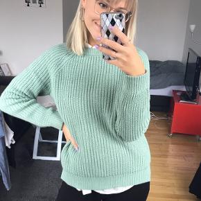 Rigtig fin sweater. Meget lidt brugt, men har desværre et par løse tråde, da jeg har ramt med en hårbørste🌼   Køber betaler fragt.