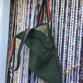 Skøn unika home made rummelig uldtaske, skøn grøn farve, kraftigt bomuldsfoer, fine remme der kan bæres over skulder. Brugt, men i rigtig fin stand. Bund bredde 37 cm, top bredde 30 cm, højde 37 cm. 145 pp.