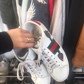 Overvejer at sælge mine Gucci ACE Arrow sneakers.  NYPRIS: 595 € = ca 4200kr   Standen er næsten som ny, hvis man bare får dem til rens en gang. Dog er der faldet et par sten af, som man slet ikke lægger mærke til. Kan fikses inde i Gucci på strøget.  Alt OG medfølger, dvs: Boks, dustbag til begge sko, kvit og pose.   STR 36,5 - passer fra 36-37,5 (ved at løsne / stramme snørebåndene)  Søgeord: Louis Vuitton - Acne - Chanel - Moncler - Balenciaga - Fendi