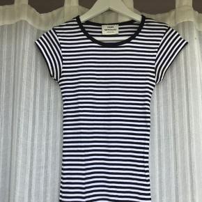 """Lækker Mads Nørgaard t-shirt i sort/hvid!🖤🤍 Den er næsten aldrig brugt, men min deo har desværre farvet stoffet en smule under ærmerne (ups!), og derfor er standen sat som """"brugt""""🤓   Tør ikke love, at lidt vanish vil kunne fjerne det fuldstændigt, men tænker ikke at det er umuligt😁"""