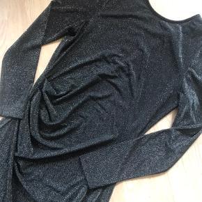 Smuk lang glimmer kjole med slids i den ene side og v-udskæring bag på🥰 Glimmeret er svær at fange på billede - kan evt sende en video hvis ønskes 🌸