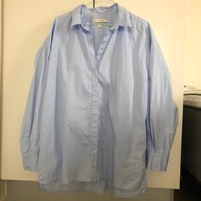 Oversize skjorte fra Gestuz som jeg har brugt meget få gange. Er lidt stiv i kvaliteten, fed under en strik.