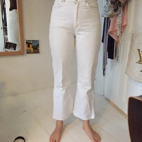 Flotte hvide jeans med lidt stump og trompetbukser
