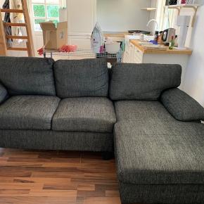 Mørk sofa  med tilhørende puf. Puffens ene ben er lidt løst og kan ikke spændes. L:210cm med armlæn. D:140cm uden puf og 190cm med puf.