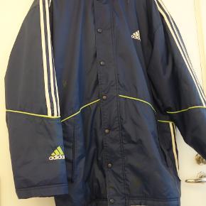 Mørkeblå Adidas jakke. Hætte i kraven.