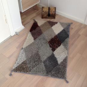 Håndlavet,unik uld rya tæppe.Der findes ikke nummer to.Fra røg og dyrefrit hus.Mål:117x71