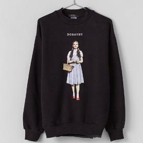 """Flot sweatshirt fra Bershka. Kan styles på mange forskellige måde. Udsolgt sweatshirt.  """"Dorothy"""".  Ingen brugstegn, vasket et par gange.  Se endelig mine andre annoncer😋"""