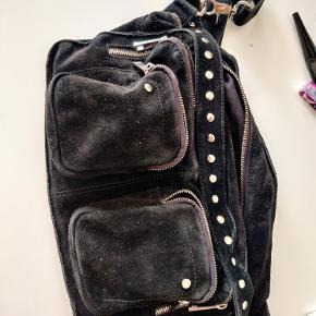 Nunoo alimakka taske i ruskind købt i august 2019 sælges, da den ikke bliver brugt!! Virkelig god stand, eneste slid er på lynlåse. Kan hentes i holbæk eller i københavn.  køber betaler fragt