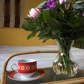 Retro stel med blomster.  150kr for hele stellet  Jeg ligger inde med stel: 3x kaffekopper 3x underkopper 5x kagetallerkener  1x mælkekande (se anden annonce)  Sælges billigt - bud modtages