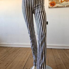 Super flotte jeans fra Marc by Marc Jacobs, model Drainpipe. Bløde og lækre med unik design. Man kan fornemme kvaliteten og faktum at disse jeans er designer jeans. Fantastik pasform, slim fit med stretch. Højtaljede model. brugte en eneste gang, vasket en gang, derfor er som nye og aldrig brugte. se mål: talje: 72 cm. hofte: 90 cm. længde: 108 cm. byttes ikke