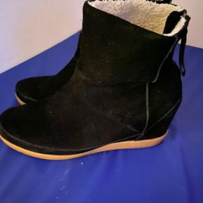 Ankel støvle i sort ruskind med foer fra Shoe The Bear. Støvlen har kilehæl på 6 cm. Handler mobile pay. Ved ts handel betaler køber gebyr. Sender med gls for købers regning.
