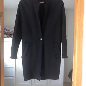 Meget pæn zara wool coat i navy. Går super fint til al slags tøj. Fremstår som ny, da jeg har 2 af slagsen og ikke brugt denne. Bruger selv  medium normalt, men passer denne fint.