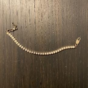 Sødt tennisarmbånd  fra Dyrberg Kern i guld i modellen Cone