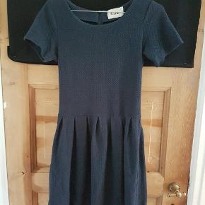 Yndig mørkeblå kjole fra Ganni. Med stretch. Brugt en enkel aften.