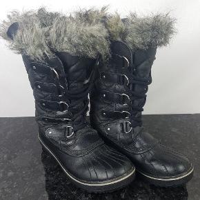 Detaljer:  •Brand: Sorel  •Model ll1846-011  •Størrelse: 38 2/3  •Farve: Sort    Hvis du er på udkig efter sko, så skal du være mere end velkommen til at tage et kig på min lille skohylde og se om der lige er den ting du lige står og mangler.