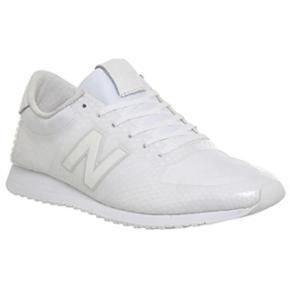 Varetype: Sneakers Farve: Hvid Prisen angivet er inklusiv forsendelse.  Super fede  sneakers fra new balance! Sprit nye ogi æske!! Mp 450