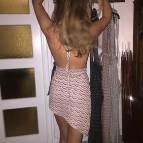 Sælger denne smukke kjole fra sørine design🌸 Brugt 1 gang nytårsaften Np er 700 ca 💘 Byd