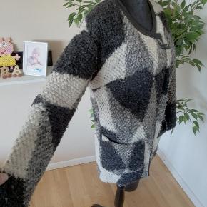 A9. 80%polyester 20%Wool Lining 100%polyester Bryst 100cm Længde 78cm Ærmelænde 48cm