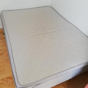 Seng inkl. topmadras sælges pga. flytning. Den måler 140x200. Jeg ved ikke, hvilket mærke sengen er, men topmadrassen er fra DreamZone. Afhentes i Aarhus N, tæt på Storcenter Nord!