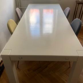 Solidt og godt bord men med enkelte brugsspor. 2 ekstra plader medfølger (2 x 40 cm). Bud modtages. Skal afhentes på 1. sal