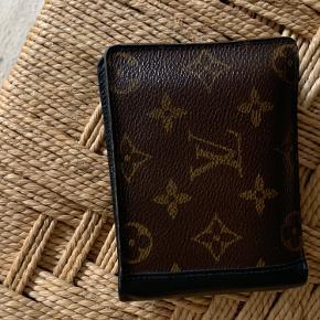 Louis Vuitton pung i det klassiske brune læder med tryk 🪐 Lidt slidt der, hvor pungen foldes sammen (ses på et af billederne) - men ellers fint vedligeholdt.    Besøg gerne min Instagram @thelittle_reddoor 🍄