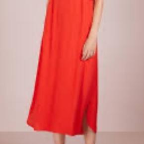 Smuk rød kjole fra Bruuns Bazar  Flot længde og foer for flottere pasform  100% viskose  Ny pris 800kr Mp 250kr