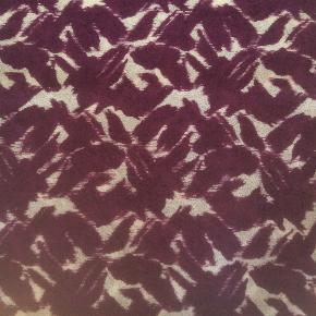 By Malene Birger tørklæde style Sandron. 100% uld. Måler 140 cm x 140 cm. Farven tror jeg bedst kan beskrives som mørk lyng og creme.