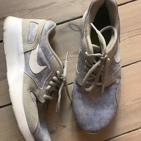 Fede Nike sneaks i beige og gråmønstret. Fremstår flotte. Str 38,5 (24,5 cm)